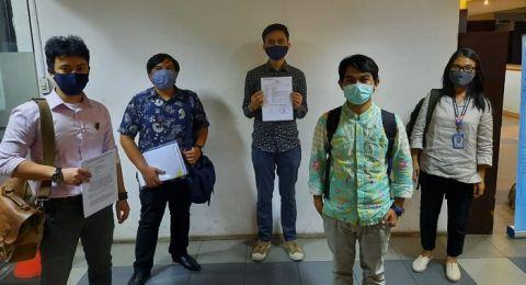 Ravio Patra didampingi tim pengacara dari Koalisi Tolak Kriminalisasi dan Rekayasa Kasus melaporkan kasus peretasan ke Polda Metro Jaya (istimewa).