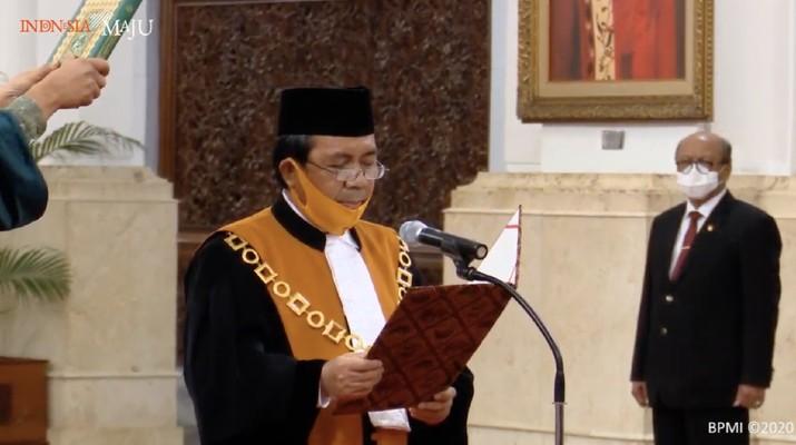 Pengucapan sumpah dan janji Ketua MA Muhammad Syarifuddin di Istana Negara, Jakarta pada (30/4) (Foto: Screenshoot Youtube Sekertariat Presiden)