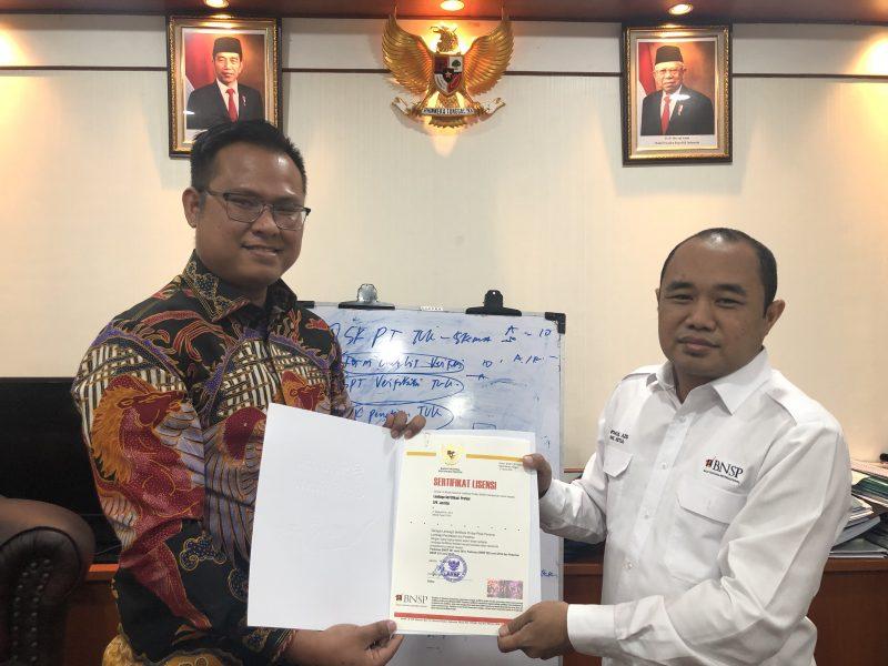 Penerimaan Sertifikat Lisensi LSP JUSTITIA dari Bapak Miftakul Azis, Wakil Ketua Badan Nasional Sertifikasi Profesi (BNSP)